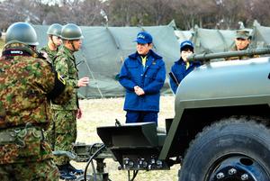 陸上自衛隊の給水車を視察する松井一郎知事(中央)=大阪市鶴見区の鶴見緑地