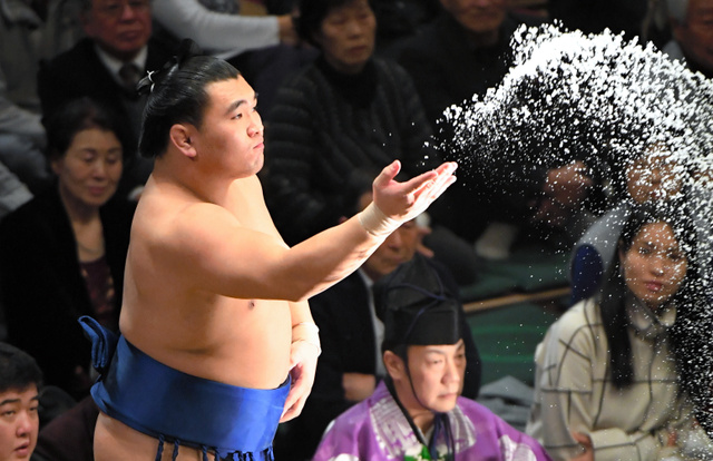 塩をまく照強=竹花徹朗撮影