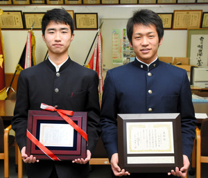 優秀選手に選ばれた恩地康平さん(右)と、さわやか賞の盾を受け取った高橋賢祐さん=広島市中区