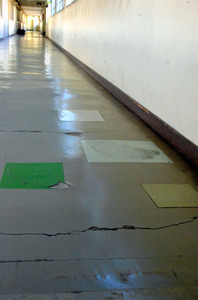 50年近く経った尾張地方の県立高校の校舎の廊下はひび割れや補修跡が目立っていた
