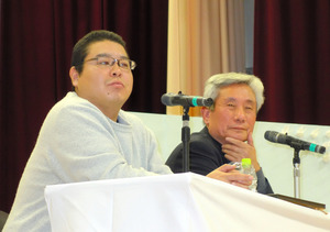母校の太田中学校で被災体験を語る柴田大輔さん(左)=神戸市須磨区大黒町5丁目