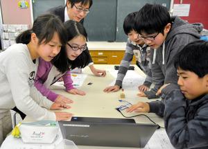 地震計の揺れのデータをパソコンで確認する児童ら=豊中市の新田小学校