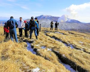 杵島岳山頂に出来た亀裂を確認する遭難事故防止対策協議会のメンバー=阿蘇市
