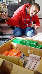 自宅にオーラルピースの在庫を保管する田所淳さん。よこはま成年後見つばさのスタッフと相談しながら、在庫の数を調整している