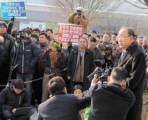 韓国の故盧武鉉大統領の墓参りの後、記者団の取材に応じる潘基文・前国連事務総長=17日午前、金海市、東岡徹撮影