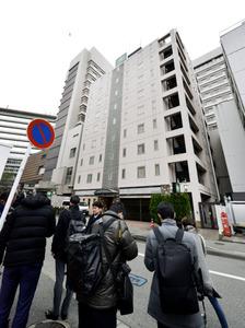 立てこもりがあったホテルには報道関係者が集まっていた=18日午前9時17分、福岡市博多区、福岡亜純撮影