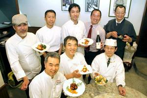 第1回復興支援レストランを前に、試作した料理を手にする田中忠雄さん(後段中央)らグループのメンバー=昨年6月、西宮市、田中忠雄さん提供