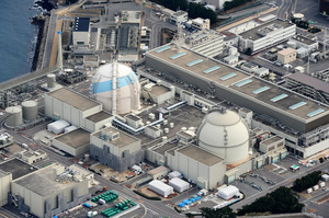 九州電力玄海原発。左は3号機、右は4号機=佐賀県玄海町、朝日新聞社ヘリから