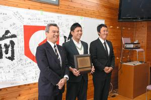 日本学生野球協会の優秀選手に選ばれ、笑顔を見せる九鬼隆平さん(中央)=17日、熊本市中央区の済々黌高校