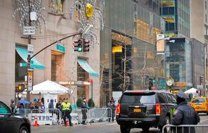 警備強化の影響で、売り上げが落ちたティファニー本店(左手前)=AP。トランプ・タワー(右奥)の隣にある