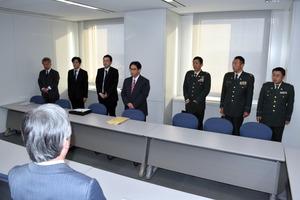 県の担当者に日米共同訓練の説明をする防衛省の職員ら=県庁