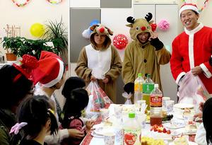 仮装した看護師らスタッフと一緒に、親子でクリスマス会を楽しんだ=昨年12月18日、円グループ提供