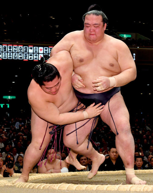 稀勢の里(右)は遠藤を小手投げで破る=恵原弘太郎撮影