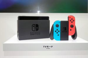 写真1 Nintendo Switch。3月3日発売で、価格は2万9980円(税別)。写真はテレビにつないで使う「TVモード」