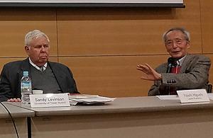 憲法9条の持続性をめぐり議論する樋口陽一・東大名誉教授(右)とテキサス大オースティン校のサンフォード・レビンソン教授=東京都目黒区の東京大