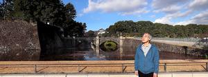 天皇誕生日の朝、二重橋前に立つ作家の高橋源一郎さん