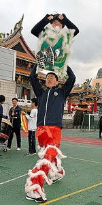 息を合わせてジャンプ!獅子舞の練習をする生徒たち=横浜・中華街の「横浜中華学院」