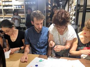 イタリアで開かれたワークショップで制作指導する刺し子さん(右から2人目)=テラ・ルネッサンス提供