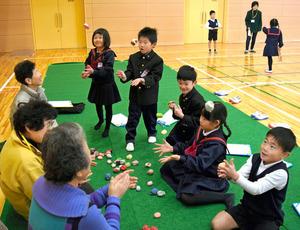 香川)「お手玉できたよ」小学生が昔の遊び体験 丸亀