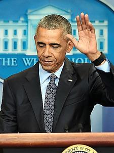 18日、最後の記者会見を終え、会場を離れるオバマ大統領=AFP時事