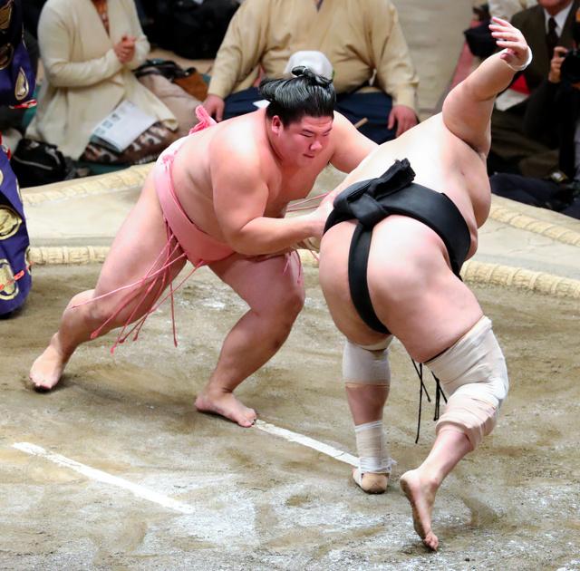 宇良(左)は安美錦を送り出しで破る=川村直子撮影