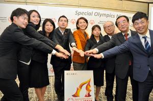 記者発表に参加した有森裕子さん(中央)や選手ら=名古屋市中区