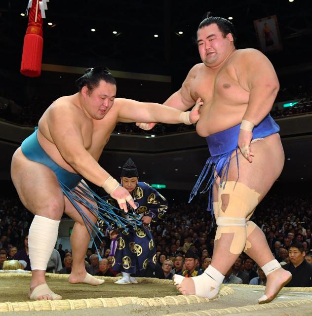 琴奨菊(右)は押し出しで玉鷲に敗れる=恵原弘太郎撮影
