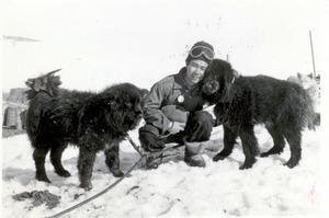 タロ(右)とジロと再会した北村泰一さん=1959年1月14日、南極・昭和基地、北村さん提供