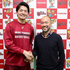 握手を交わす井上雄彦さん(右)と辻直人選手=早坂元興撮影