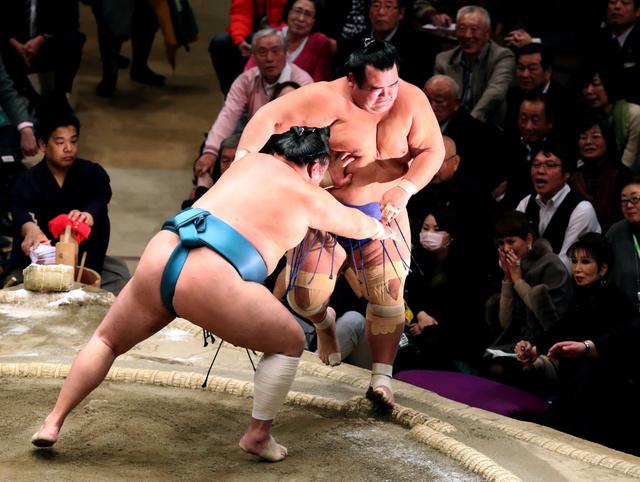 琴奨菊(右)は押し出しで玉鷲に敗れる=川村直子撮影