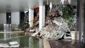 19日、イタリア中部ペスカラ県ファリンドラのホテルのロビーになだれ込んだ、大量の雪とがれき。イタリア警察当局提供=AP