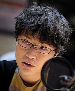 TBSのスタジオでインタビューに答える評論家の荻上チキさん=18日、東京都港区、竹花徹朗撮影