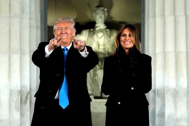 ワシントンで19日、リンカーン記念堂でのコンサートに出席したトランプ次期米大統領とメラニア夫人=ロイター