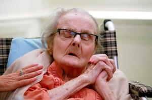 2016年10月10日、105歳の誕生日に香港の外国人特派員クラブを訪れたクレア・ホリングワース=AP。最古参の戦争特派員だったが、17年1月10日に亡くなった