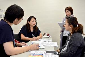 研修の模様。通訳担当の女性(左から2人目)が、中国人親子役と日本人調査員役のやりとりをそれぞれの言語に訳していく=名古屋市中村区の名古屋国際センター