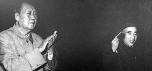 毛語録を手に「廬山会議」に出席した林彪(右)と毛沢東=廬山の人民劇場の展示写真から