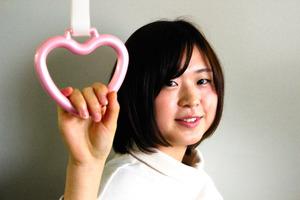 ピンク色のハート形つり革で市バスの利用促進を図る(名古屋市交通局提供)