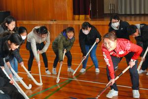 鳥取)五輪代表阪口さんとホッケー体験 八頭の児童ら