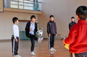 兵庫)南あわじ出身の女子サッカー選手、沼島中を訪問