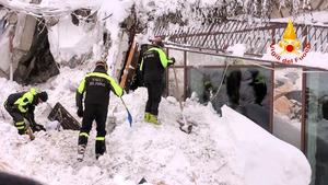 雪崩に襲われたイタリア中部ファリンドラのホテルの捜索を続ける消防隊員ら。消防局提供=ロイター