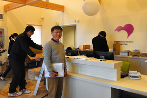 開業に向けて準備が進む診療所受付に立つ兄の三沢幸辰医師