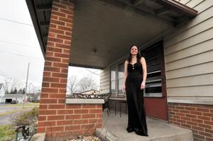 新品のドレスを着て自宅前に立つ喫茶店員デイナ・カズマークさん=18日午後2時38分、オハイオ州トランブル郡ジラード、金成隆一撮影