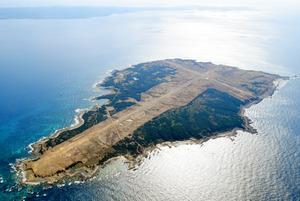 米空母艦載機発着訓練(FCLP)の移転先に浮上している馬毛島。奥は種子島=17日午前、鹿児島県西之表市、朝日新聞社ヘリから、長沢幹城撮影