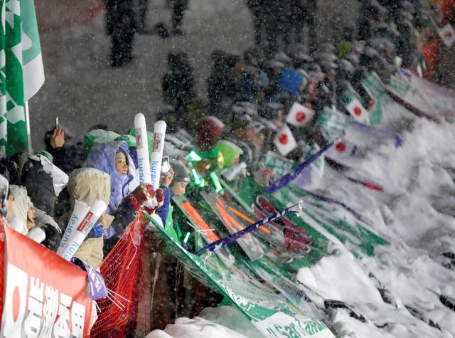 雪が降り続く中、選手に声援を送る観衆=林敏行撮影