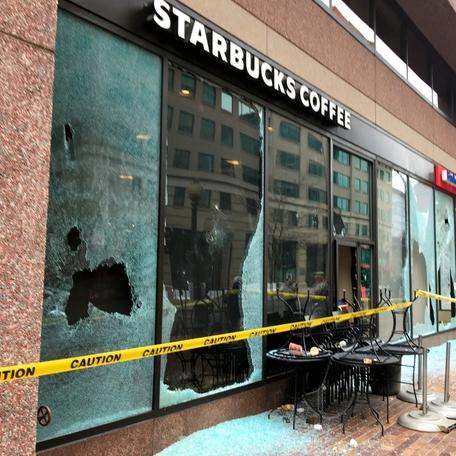 銀行やスタバ、窓ガラス割られる 就任反対、一部暴徒化