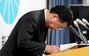 会見の冒頭、頭を下げる松野博一文科相=20日午前、東京・霞が関、時津剛撮影