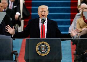 20日、ワシントンの米連邦議会議事堂前での就任式で演説をするトランプ新大統領(AP)
