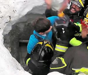 がれきの中から救助された生存者(中央)。伊消防局が発表した映像から=20日、ANSA
