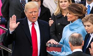 20日、ワシントンの米連邦議会議事堂前での就任式で宣誓するトランプ新大統領=ランハム裕子撮影