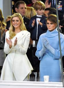 トランプ大統領の長女イバンカ氏(左)とメラニア夫人=AFP時事